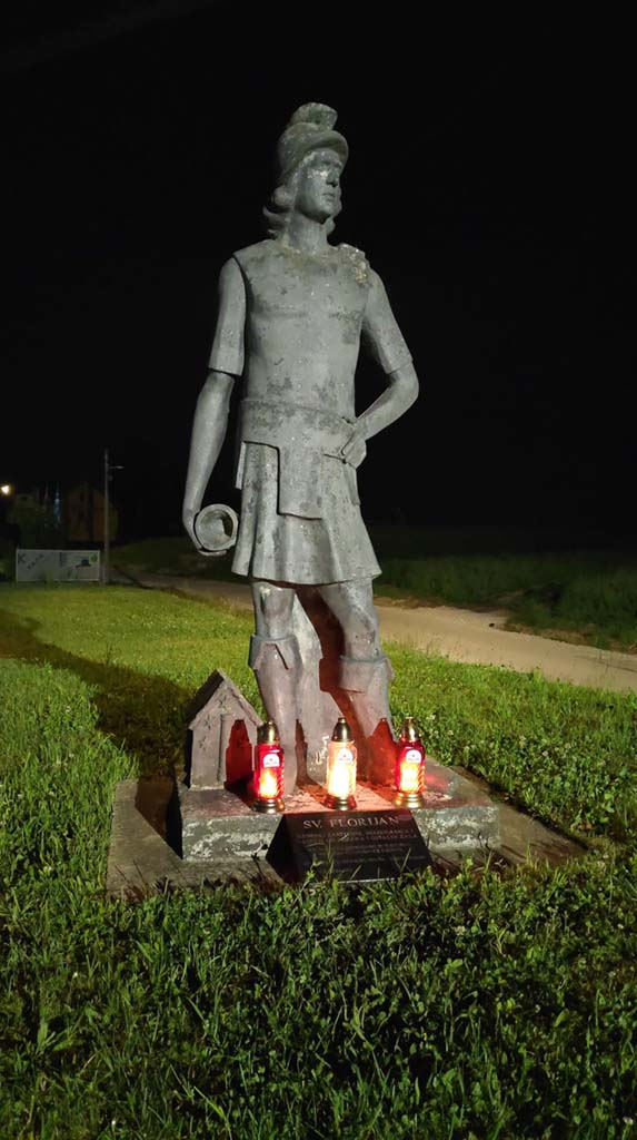 Kip Sv. Florijana ispred DVD-a Stupnik